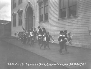 School parade, Dawson, Yukon / Défilé d'écoliers, Dawson (Yukon)