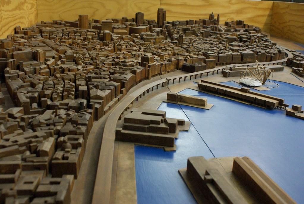 Vue sur le port de Gênes avec l'autoroute surélevé serpentant le long des quais.