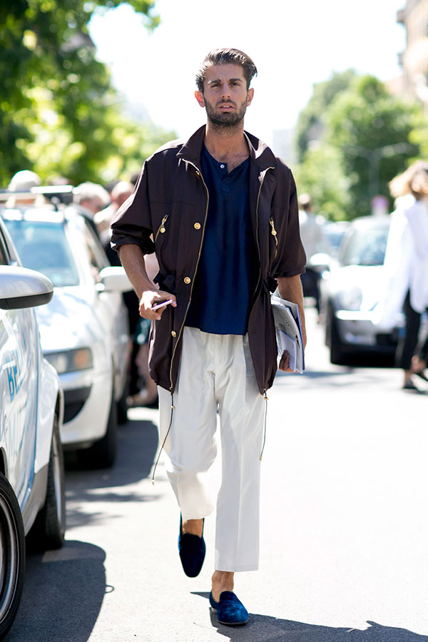 パープルブルゾンコート×ネイビーポロシャツ×白クロップドパンツ×ネイビースエードコインローファー