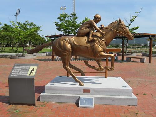 釜山慶南競馬場のタンデブルペ像