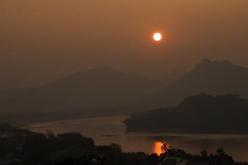 krajina hory øeka mekong soumrak západslunce severníthajskoalaos20132014 luangprabang laos řeka
