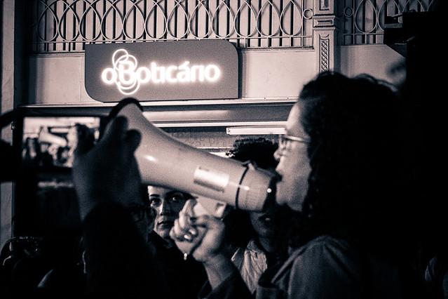 Em solidariedade à enfermeira, cerca de 50 mulheres se reuniram em frente à loja do Boticário, no centro de Curitiba. - Créditos: Edvan Carlos Lima
