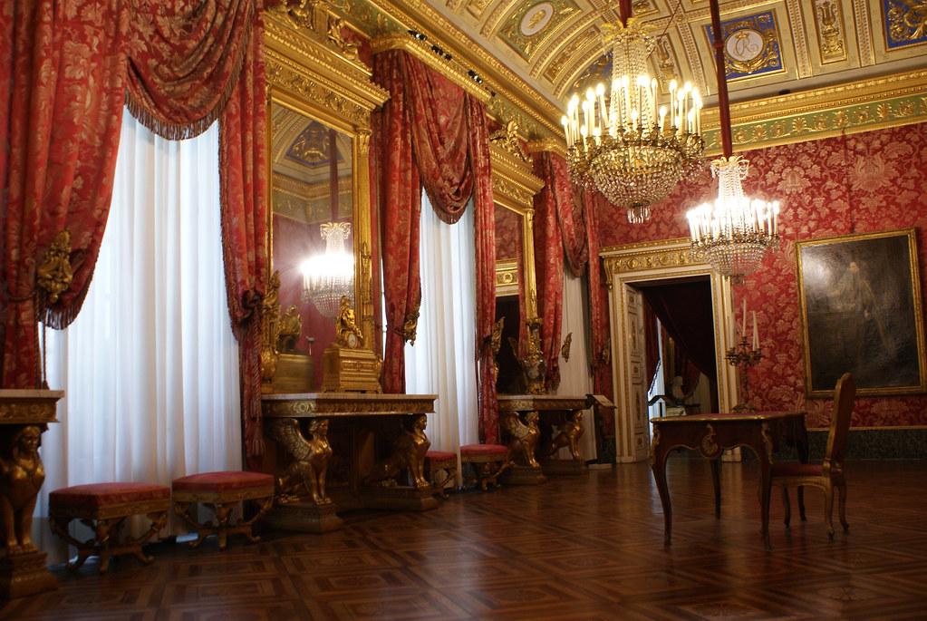 Salle richement décorée du Palais royal à Gênes.