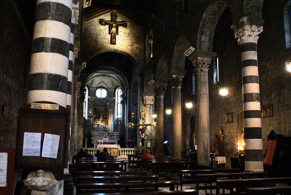 Intérieur de l'église romane de San Donato à Gênes.