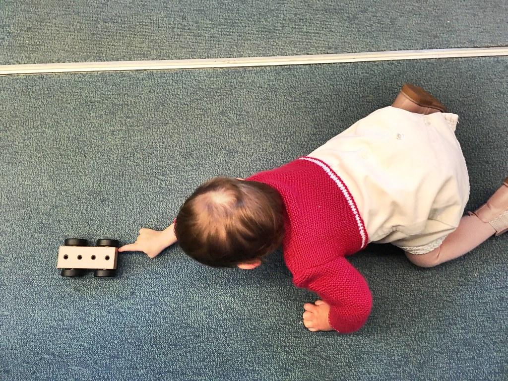 Eva jugando en el pasillo del tren en una de nuestras visitas a los abuelos.