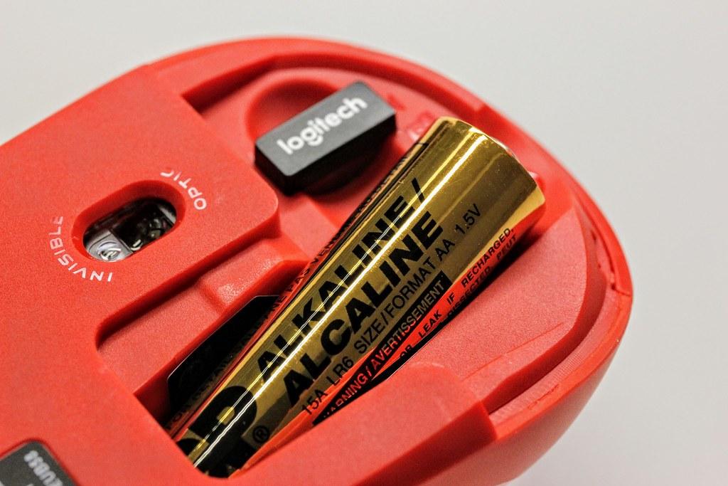 底下預設給一顆電池(還好不是會漏液的那一家..)接收器也放在裡頭