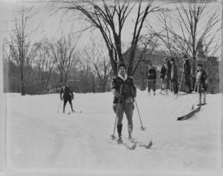 People cross-country skiing, Montreal, Quebec / Fondeurs, Montréal (Québec)