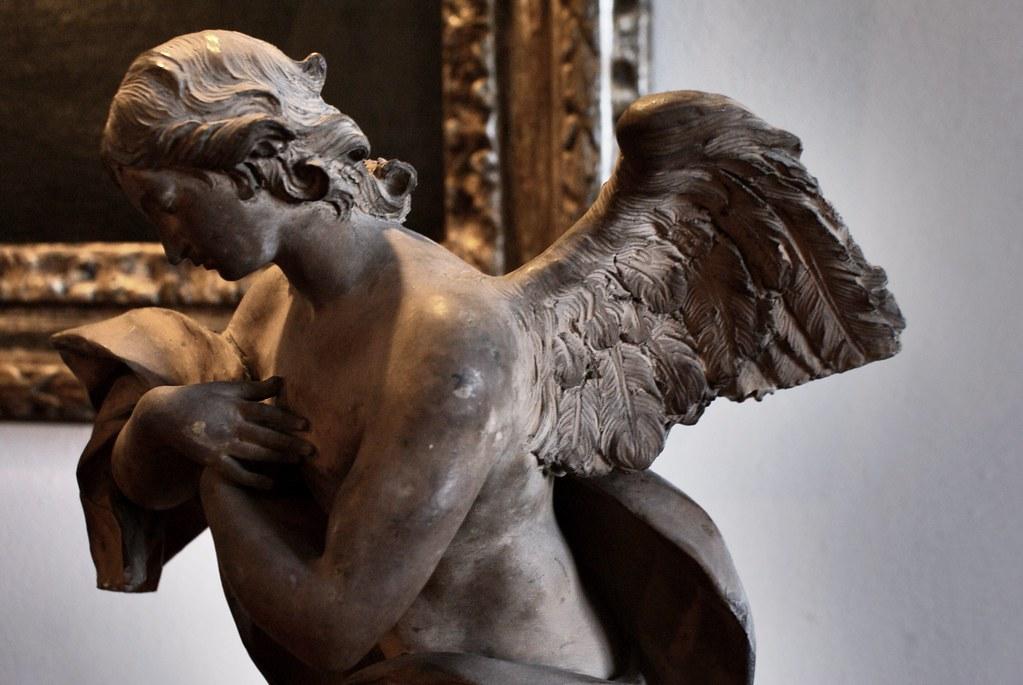 Statue d'ange à l'intérieur du Palazzo Rosso à Gênes.
