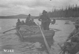 Nisutlin Bay, scow loaded with gold seekers and moose meat, Teslin Lake, Yukon / Baie Nisutlin, chaland transportant des prospecteurs d'or et de la viande d'orignal, Teslin Lake (Yukon)