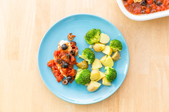 Chicken with Olive-Tomato-Dressing and Broccoli