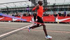 #Breaking2: Kipchoge zdolal maraton v Monze za 2:00:25