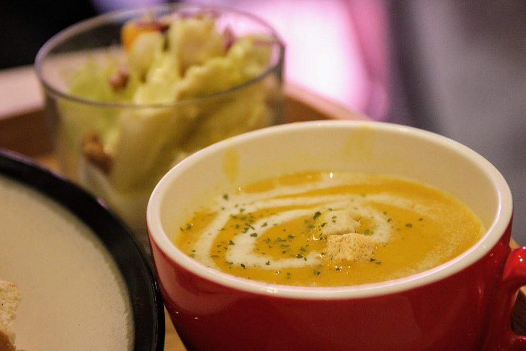 隨餐還有一碗南瓜濃湯和生菜