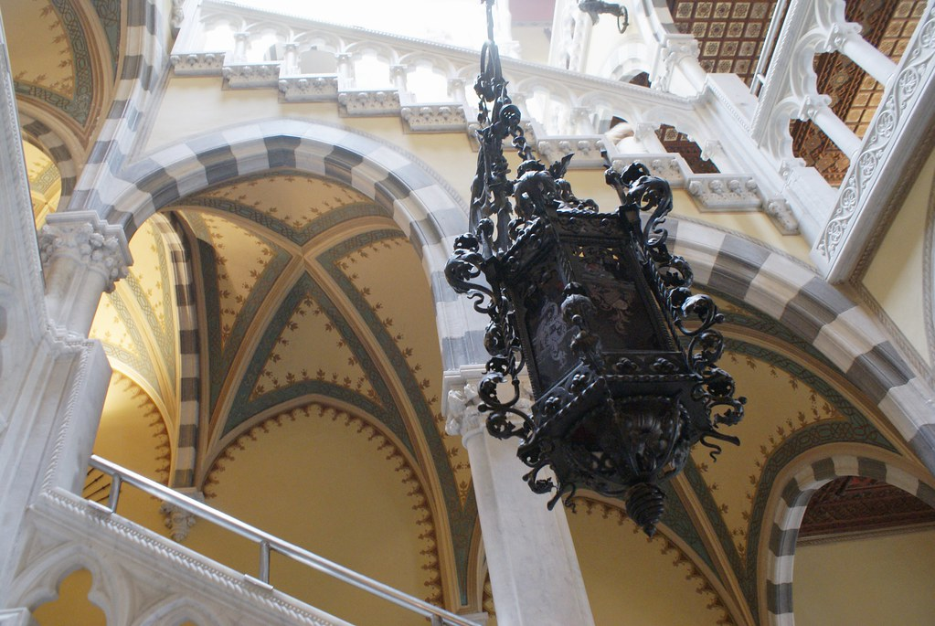 Escalier et intérieur néogothique du chateau Albertis à Gênes.