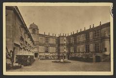Château de Grignan (Drôm) La Cour d'honneur (XVIe sicèlerestaurée en 1915)