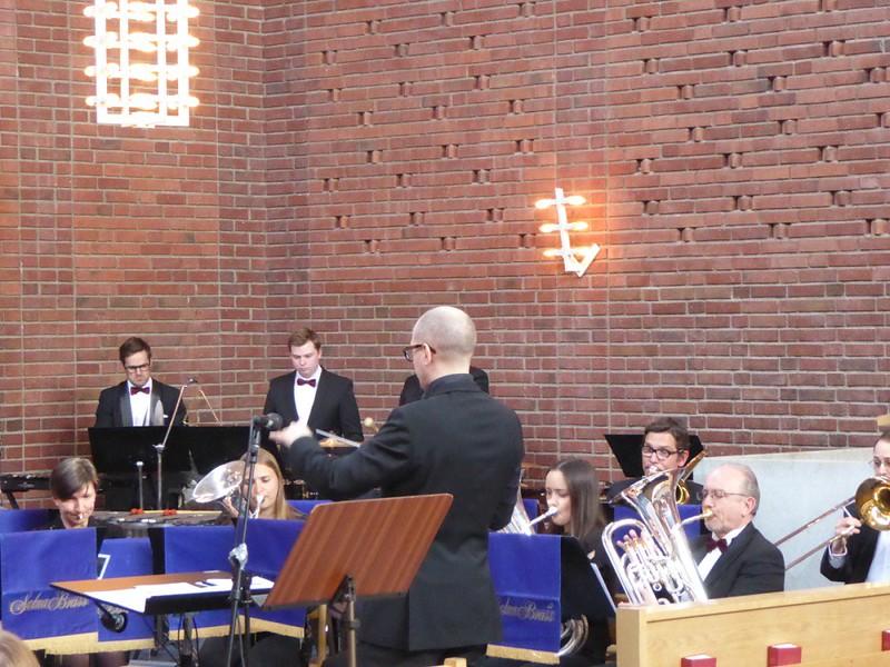 Emil Björklund dirigerar