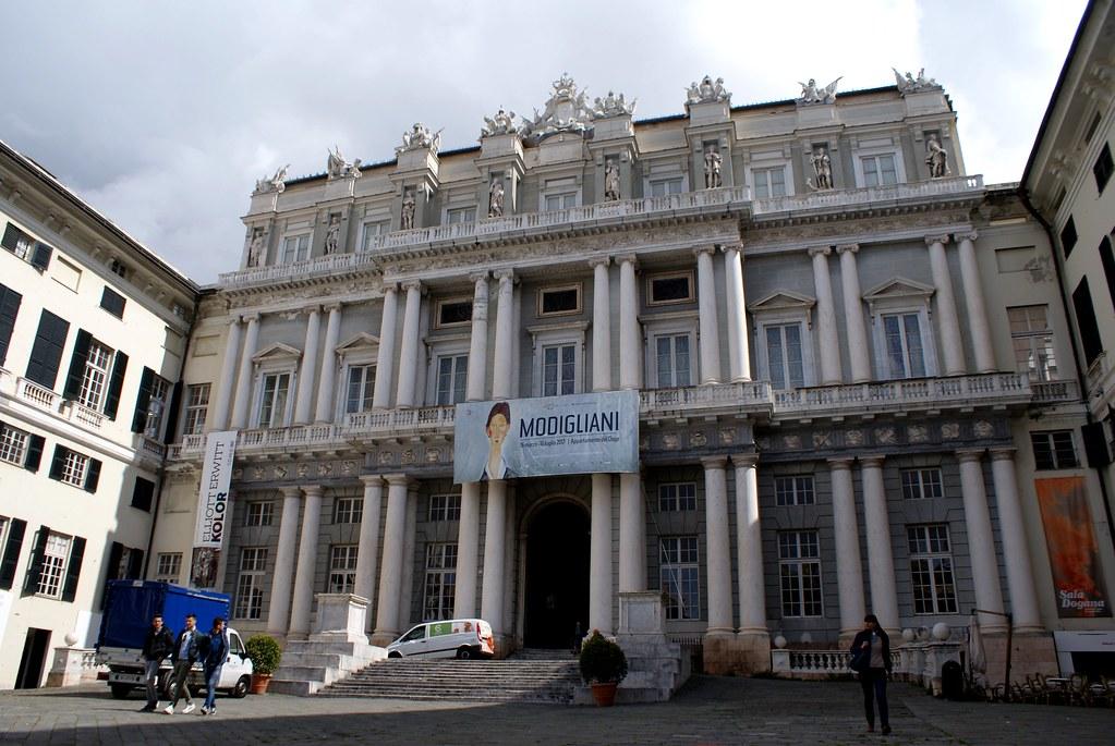 Façade néoclassique du Palazzo Ducale à Gênes.