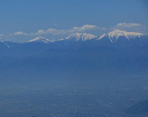 甲府盆地と南アルプス。  丹波山村から大菩薩峠まで標高差1300m登ると目の前には南アルプスが! 初めて見る西側からの南アルプスは北や東から見るより1つ1つの山が個性的な形をしている景色が広がる見れるので満足。  今年は南アルプスに踏み入れようかな(^o^)  #canon #山 #登山 #百名山 #テント #テント泊 #縦走 #山梨 #キャンプ #自然 #風景 #大菩薩嶺 #大菩薩峠 #南アルプス