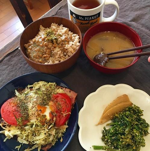 バイクで買い物済ませて朝飯〜!春の山菜、東北キノコの汁、ベーコンエッグはキャベツとトマト乗せ!納豆に蕗味噌と青唐辛子味噌混ぜてみたら旨し! #japanese #japanesefood #breakfast #朝飯