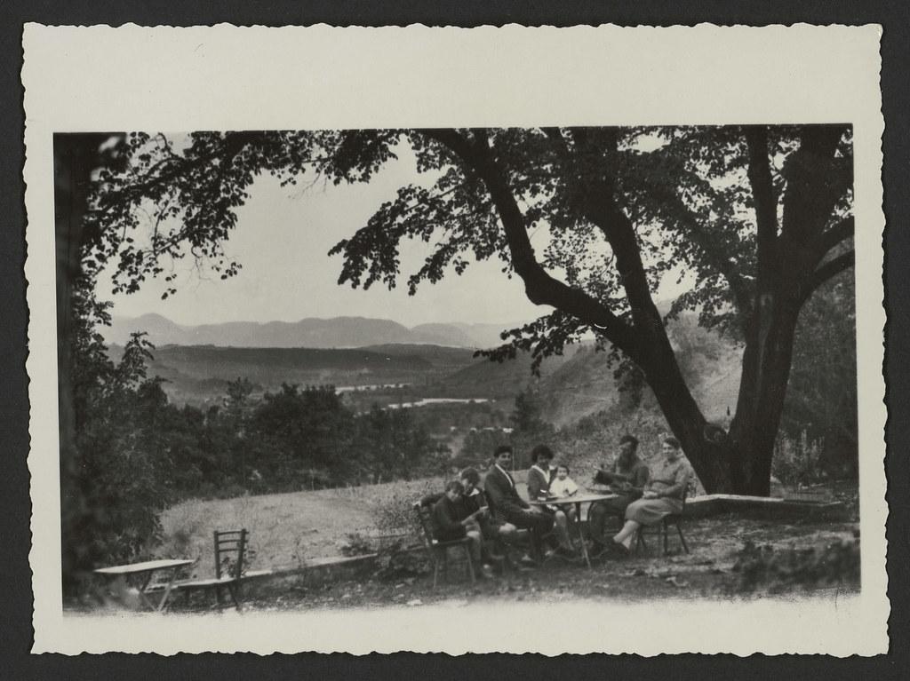 Une famille autour d'une table à la campagne