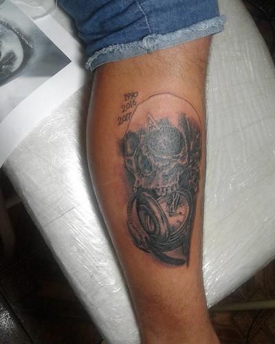 Primeira etapa concluída, com mais uma concluímos... #tattoo #caveira #tattooerelogio #relógio #blackandwhite #andamento #emcurso