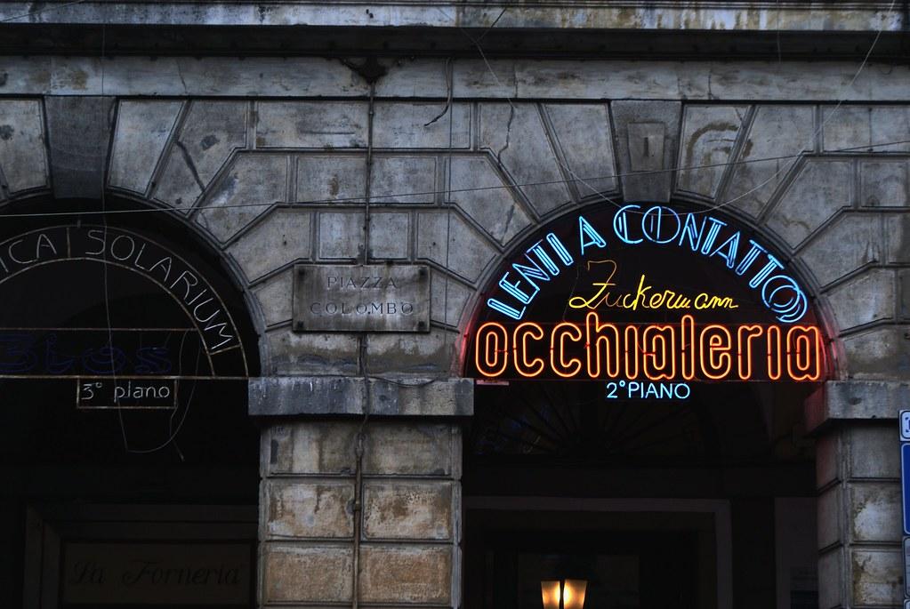 Néons sur la piazza Colombo dans le quartier de San Vincenzo à Gênes.