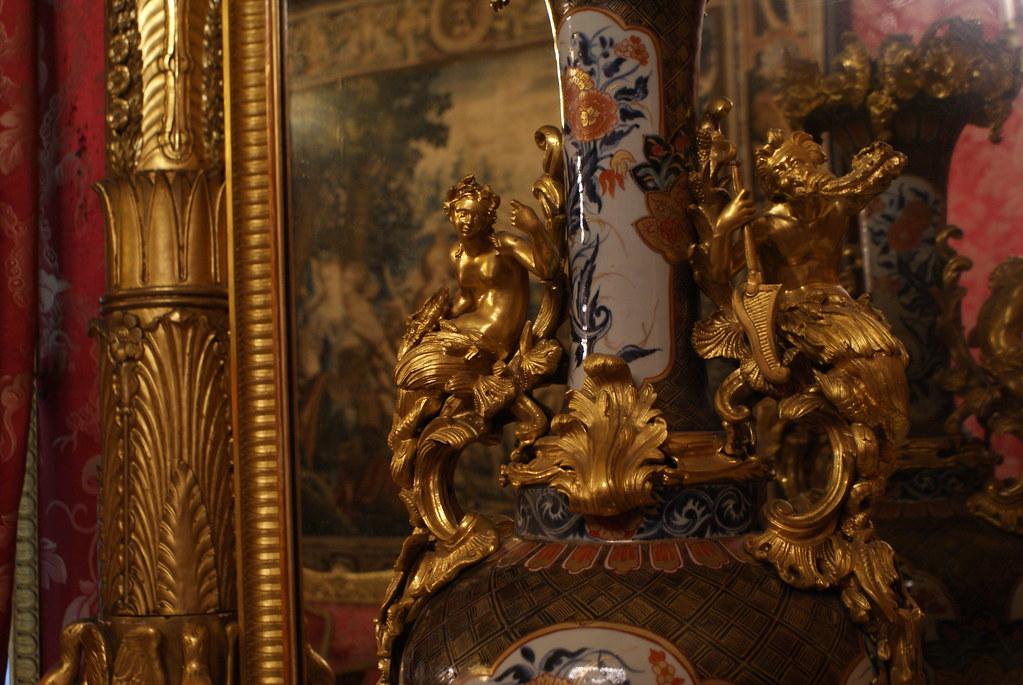 Détails d'un vase richement décoré à l'intérieur du Palazzo Reale à Gênes.