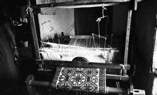 Cavallerizzo di Cerzeto (CS), 1978, Tessitrice, con telaio a mano, di coperte e tappeti.