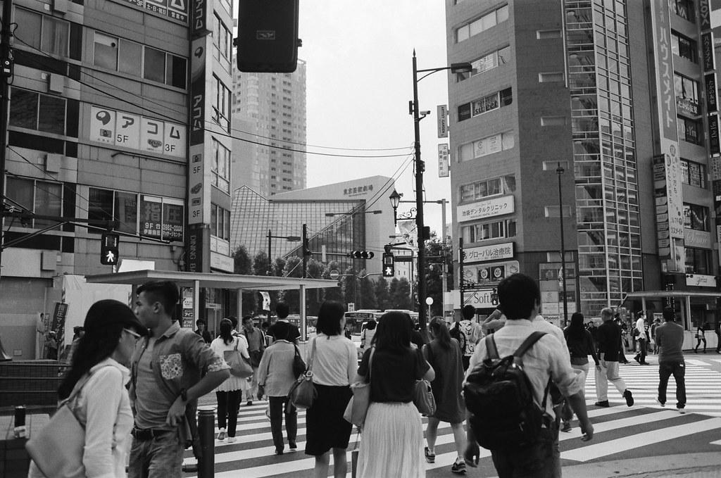 池袋西口公園 Tokyo, Japan / Kodak TRI-X 400 / Nikon FM2 轉到了池袋,找找西口公園在哪裡,有一點點小迷路,街上的招牌排列方式一直有大阪梅田的錯覺。  我想起上一次的旅行,飄著雨在路上走路,不愛撐傘,錯覺著有死神千葉的陪伴,一個小小的腦袋裡,不斷翻閱暖和的回憶,再一步步走下去。  我知道,我知道,不要再嘗試扭轉了,扭、會帶來痛苦,轉、只會迷失方向。  Nikon FM2 Nikon AI AF Nikkor 35mm F/2D Kodak TRI-X 400 / 400TX 1274-0006 2015-10-04 Photo by Toomore