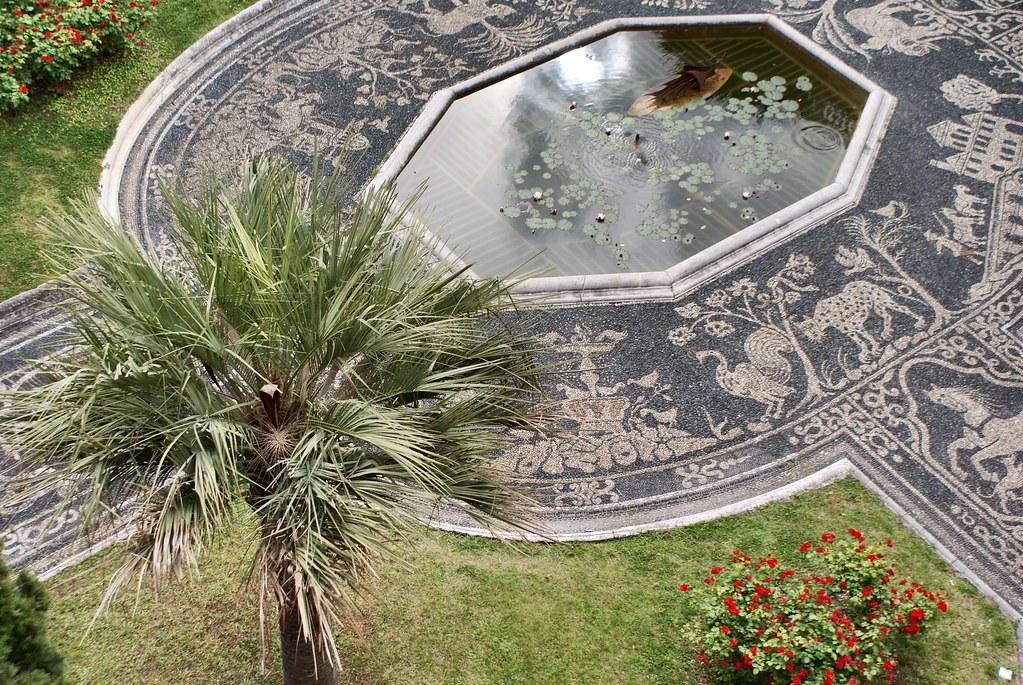 Le jardin, son bassin et son pavé ligure - Palais Royal de Gênes.