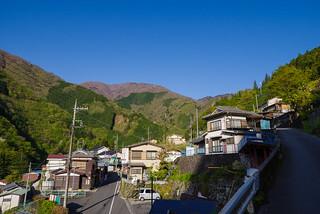 東日原バス停を下に見て三ツドッケ登山口に向かいます