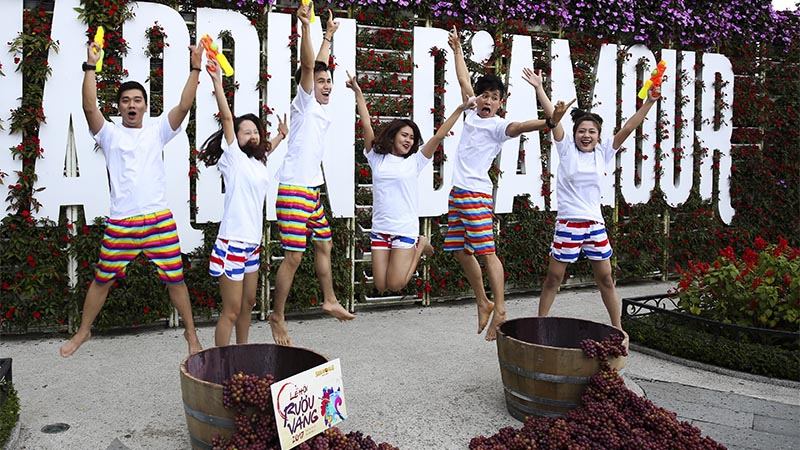 Let s start the summer with wine festival sun world bana for Jardin d amour wine