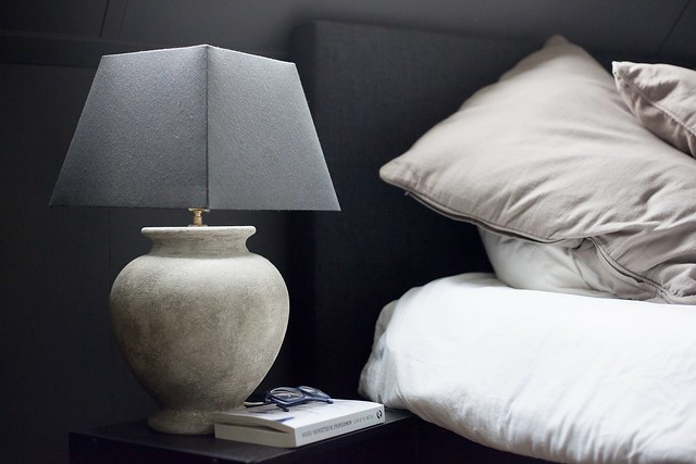 Schemerlamp naast bed