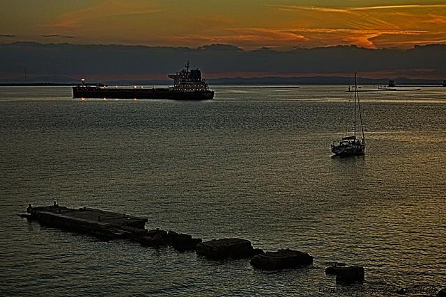 taranto, tramonto in cui gli elementi si equilibrano.