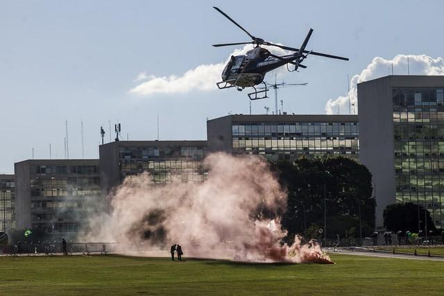 Em frente aos Ministérios, o clima era de guerra - Créditos: Mídia Ninja