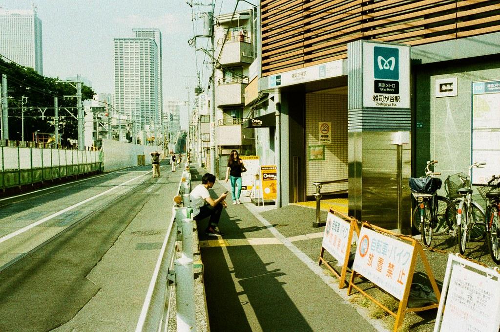 雑司が谷 荒川 Tokyo, Japan / Lomography Slide, XPro / Nikon FM2 荒川電車突然停駛,只好轉搭地鐵回到雑司が谷,上來後過個馬路就是鬼子母神社。  那時候一直想到一個問題,每當我在猶豫不決的時候,都會有一個很明顯的中斷事件。這中斷事件如果回頭想一想,會發現他是一個神奇的轉捩點,選擇突破或放棄都會有一個神奇的結果。  但,也有不準的時候,選擇是否,最後也可能都回到原點,而徒勞無功。  Nikon FM2 Nikon AI AF Nikkor 35mm F/2D Lomography Slide / XPro 200 ISO 35mm 4942-0007 2016/05/22 Photo by Toomore