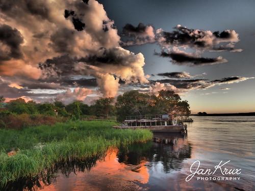 kasane chobe river afrika africa fluss wasser boat boot clouds wolken abend evening sundown sonnenuntergang travel reisen olympus em1 omd rusty ferry alte faehre