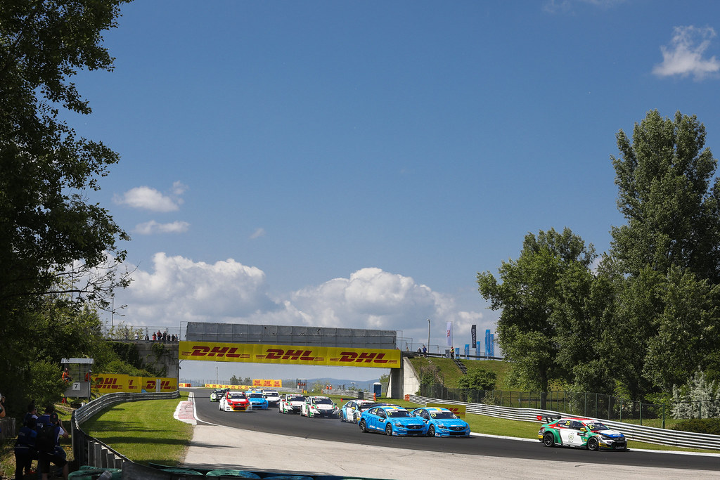 depart start 25 BENNANI Mehdi (mor), Citroen C-Elysee team Sébastien Loeb Racing, action 63 CATSBURG Nicky (ned), Volvo S60 Polestar team Polestar Cyan Racing, action    during the 2017 FIA WTCC World Touring Car Race of Hungary at hungaroring, Budapest from may 12 to 14 - Photo Frederic Le Floc'h / DPPI
