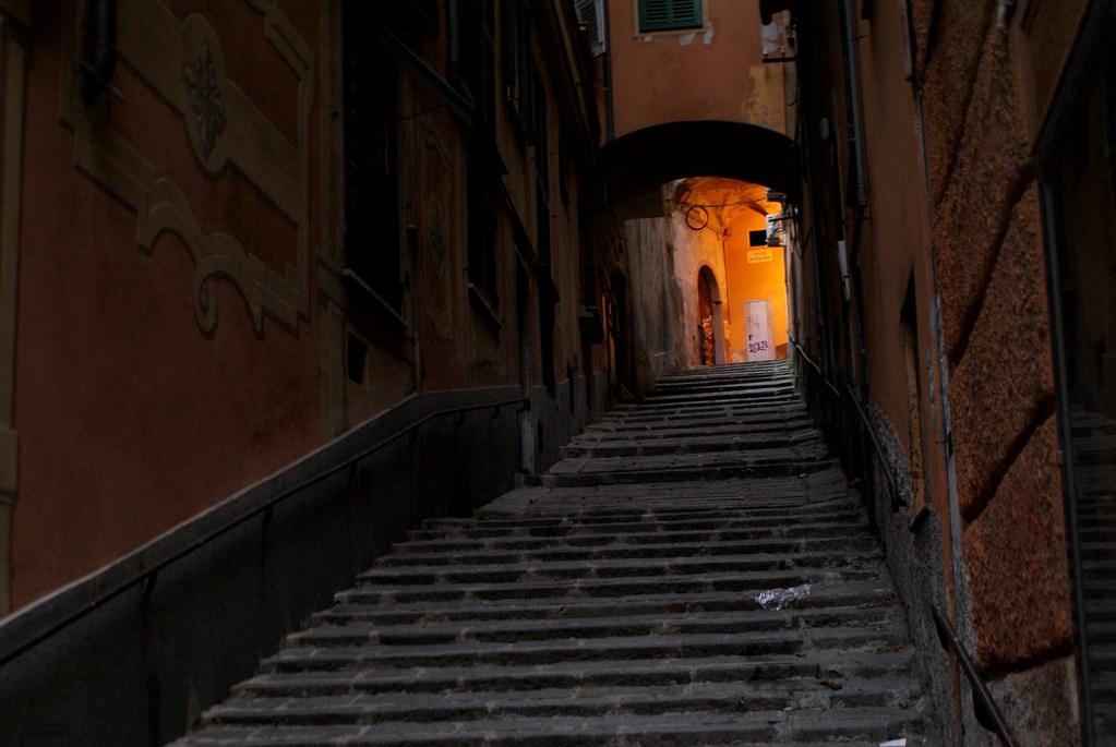 Long escalier vers la lumière.