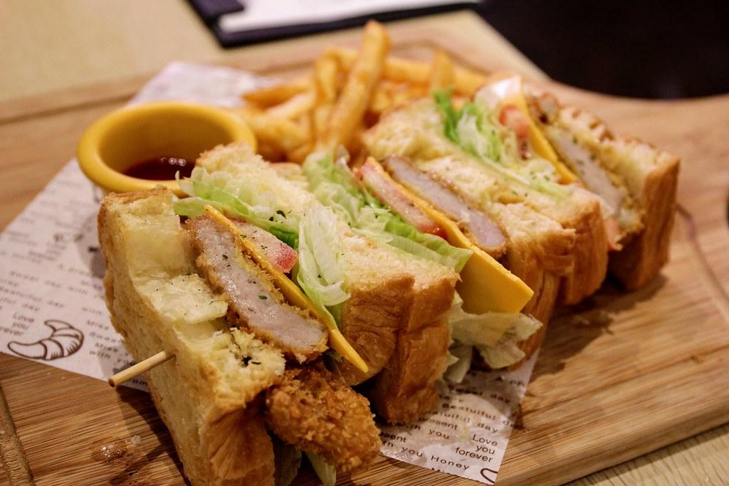 日式胡麻炸豬排三明治,旁邊還有附上薯條..