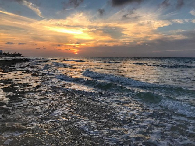 Sunset 🌅 double shot #bahamas #wanderlust #justgoshoot #lonelyplanet #travelstoke #passionpassport #nassaubahamas #travelphotography #traveltheworld #beachlife #livetravelchannel #beautifuldestinations