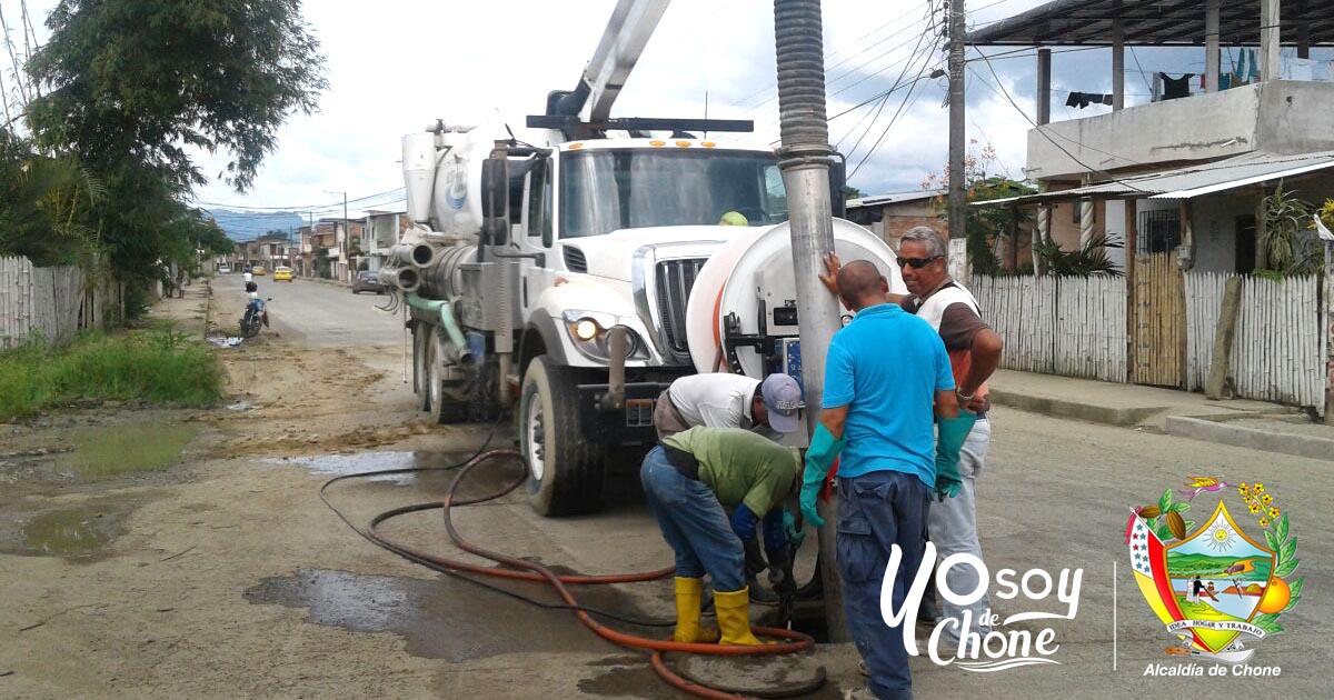 Alcaldía de Chone trabaja en limpieza del sistema de aguas servidas