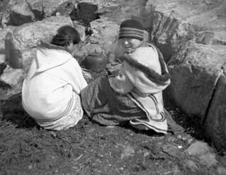 Inuit girls brewing tea, Cape Wolstenholme, Quebec / Filles inuites infusant du thé, Cap Wolstenholme (Québec)