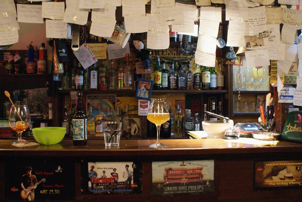 Bar à bière dans la Vieille Ville de Gênes avec cette lumière quasi biblique sur le verre.