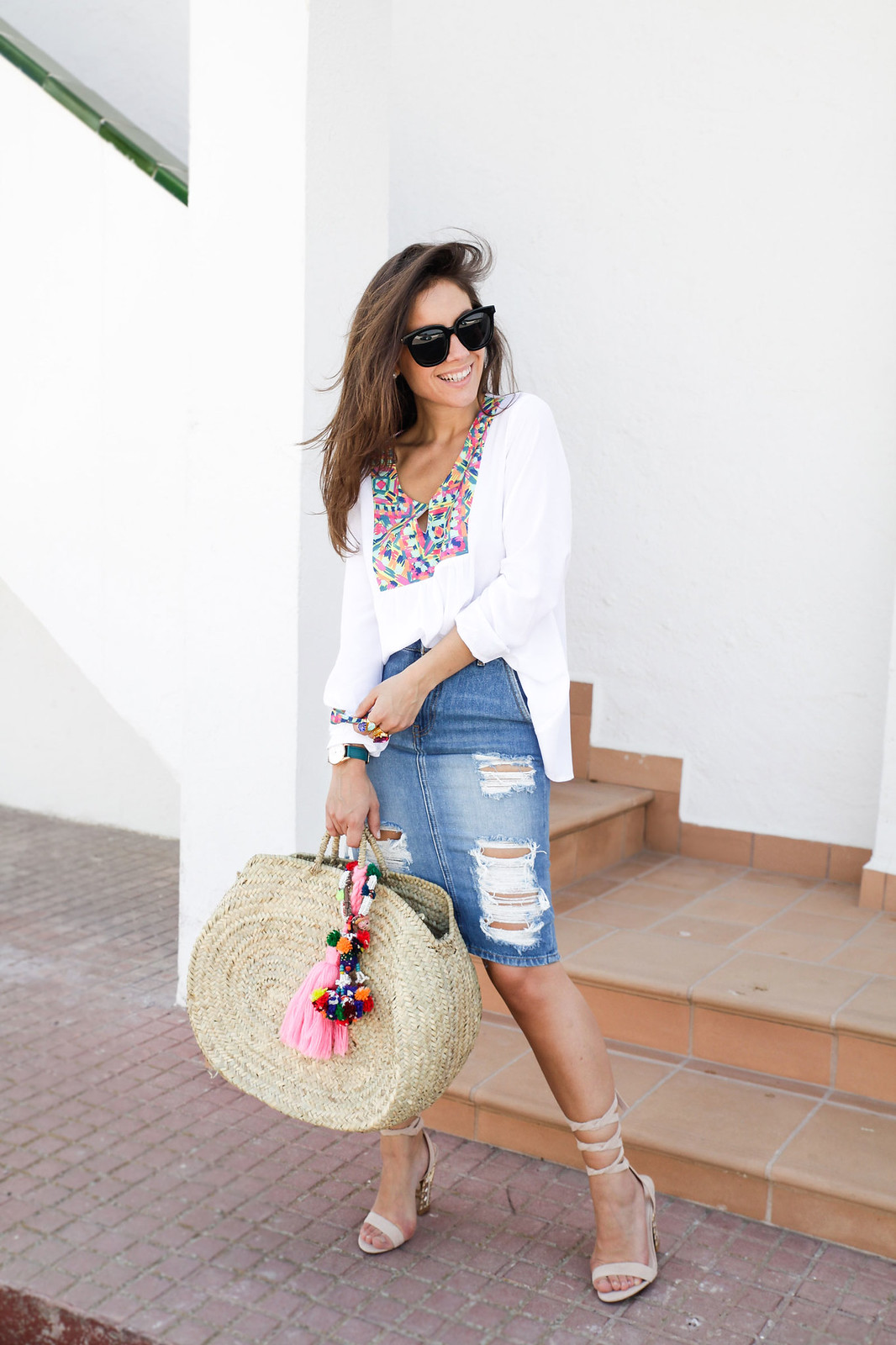 06_ripped_denim_skirt_white_shirt_ruga_style_theguestgirl_barcelona