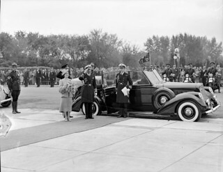 King George VI and Queen Elizabeth arrive at the Saskatchewan Provincial Legislature... / Le roi George VI et la reine Elizabeth arrivent à l'Assemblée législative de la Saskatchewan...
