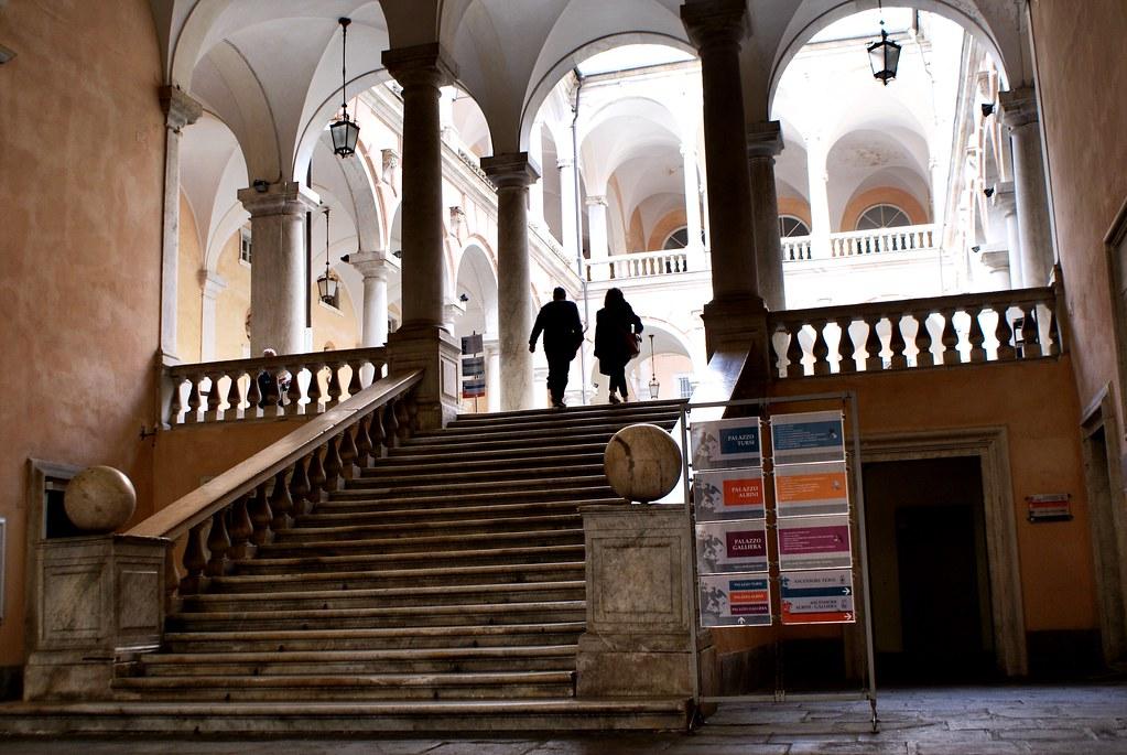 Dans la cour de l'Hôtel de ville de Gênes, Via Garibaldi.
