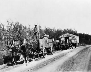 """Settlers Mr. and Mrs. Hall, who left their farm in the """"dry belt"""" area of southern Saskatchewan... / M. et Mme Hall, des colons qui ont quitté leur ferme dans la région de la « ceinture sèche » dans le sud de la Saskatchewan..."""