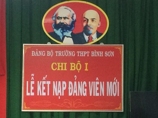 Lễ kết nạp Đảng viên cho đồng chí Nguyễn Văn Phước, giáo viên tổ toán