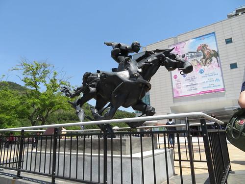 釜山慶南競馬場のスタンド前にある像