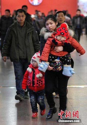 日媒称中国为二孩苦恼:医院和学校即将爆满